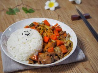 铸铁锅焖蔬菜排骨,拌在一起吃香口美味。