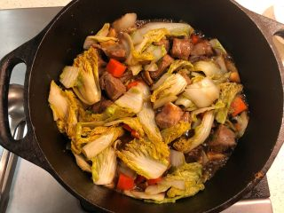 铸铁锅焖蔬菜排骨,翻炒均匀。