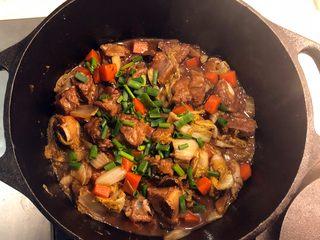 铸铁锅焖蔬菜排骨,起锅前撒葱花。