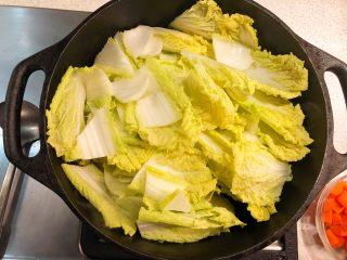 铸铁锅焖蔬菜排骨,排骨变色后加娃娃菜。