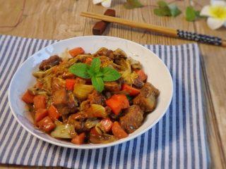 铸铁锅焖蔬菜排骨,上桌。 颜色鲜艳,味道浓郁,超级下饭。