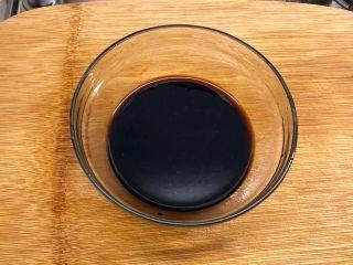 铸铁锅焖蔬菜排骨,配置酱汁:1汤勺生抽+1汤勺蚝油+1/2汤勺老抽+1小勺糖+小半碗水