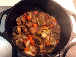 铸铁锅焖蔬菜排骨,中途开盖翻炒几次,再加盖焗5分钟。