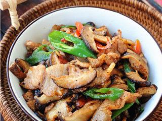 双椒花菇炒肉片,趁热吃,很美味哦