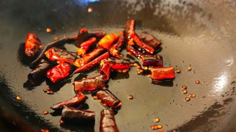 冬笋炒腊肉,热油煸香干辣椒
