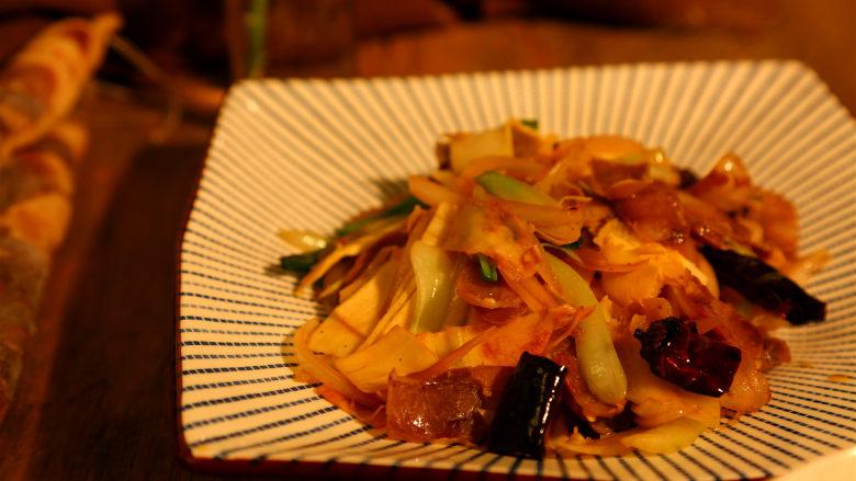 冬笋炒腊肉,起锅装盘,非常的鲜香。