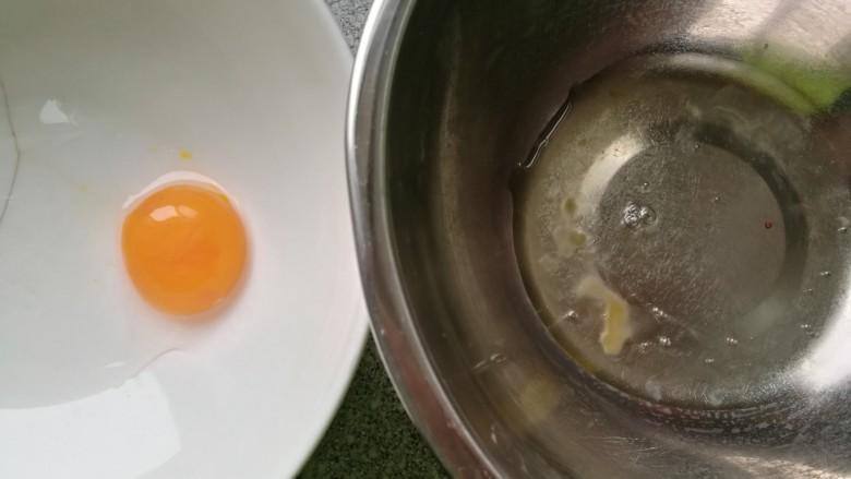 酸奶松饼+酸奶燕麦淋面(无泡打粉),蛋黄,蛋清分离。蛋清放在无水无油的盆里,里面不能有蛋黄液。蛋清盆放在冰箱中冷藏或者冷冻。