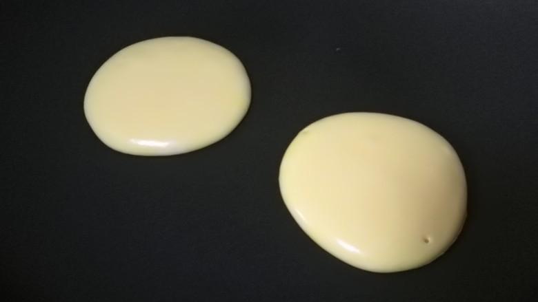 酸奶松饼+酸奶燕麦淋面(无泡打粉),如果想要每块松饼颜色都是好看的,那就再旁边准备一块湿毛巾,每次做完,都要把锅放上去冷却一下~小火!!不粘锅没不用放油,舀一勺面糊,25-30cm高处,倒入锅内,自然形成圆饼。