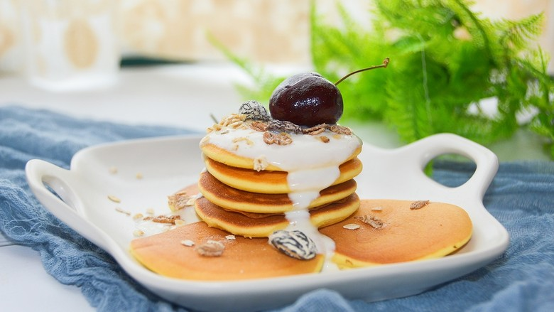 酸奶松饼+酸奶燕麦淋面(无泡打粉),出锅,淋上酸奶、果酱都可以,再撒点燕麦~完美~