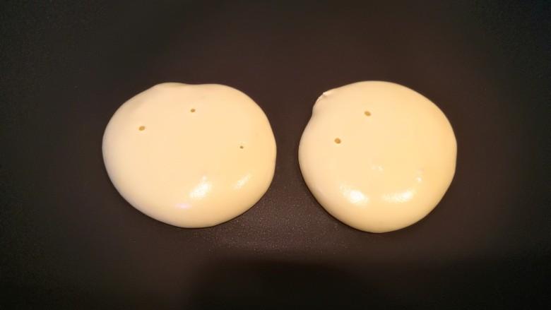酸奶松饼+酸奶燕麦淋面(无泡打粉),煎差不多两三分钟,表面出现很多小气泡,就可以翻面了~再煎2-3分钟即可~