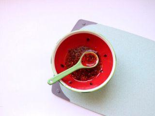 香辣口水鸡,准备口水鸡酱汁:自制辣椒油2勺