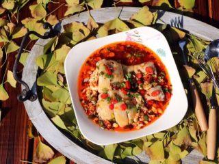 香辣口水鸡,把调好的酱汁淋在鸡腿上,撒上红椒段和葱花就可以享用啦!肉很嫩皮很Q,太美味了,来一份米饭极好!成品