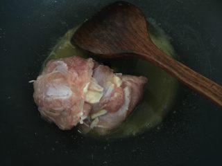咖喱鸡腿包饭,然后放入鸡腿肉搅拌均匀