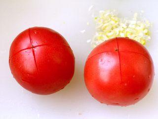 西红柿鸡蛋打卤面,西红柿洗干净,在顶部切十字花刀;