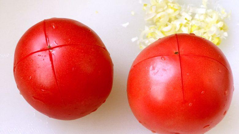 西红柿鸡蛋打卤面,<a style='color:red;display:inline-block;' href='/shicai/ 3551'>西红柿</a>洗干净,在顶部切十字花刀;