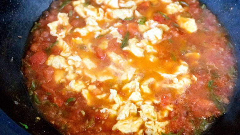 西红柿鸡蛋打卤面,调好味道后,加水出汤,再加鸡蛋炒匀,西红柿鸡蛋卤子做好啦;