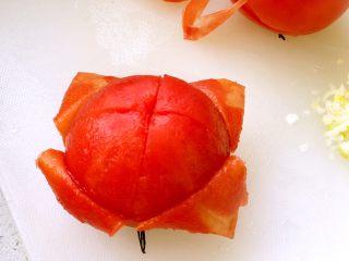 西红柿鸡蛋打卤面,西红柿去皮;