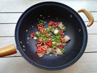干煸花菜,再加入青红椒圈翻炒均匀