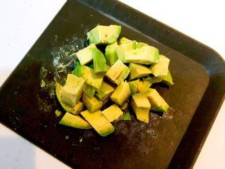 牛油果焗虾仁,把牛油果肉切成小块