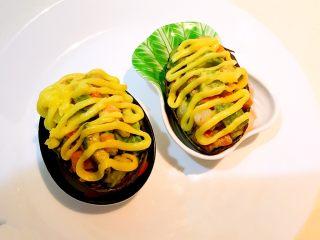 牛油果焗虾仁,然后把沙拉酱挤在牛油果虾仁上