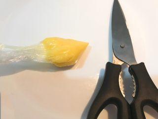 牛油果焗虾仁,用剪刀剪去保鲜袋的一小块尖角