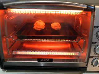 牛油果焗虾仁,把烤盘放入预热好的烤箱里,上下火200W,烤10分钟左右,沙拉酱上色即可