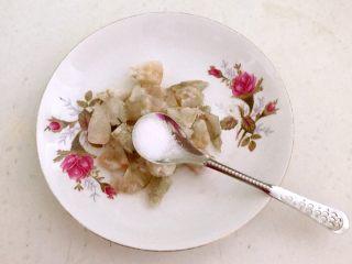牛油果焗虾仁,加入1克精盐,调匀后腌制5分钟