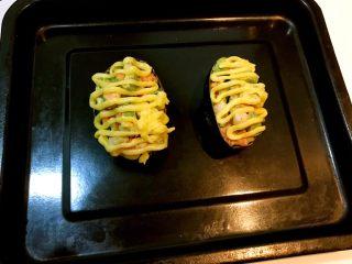 牛油果焗虾仁,把做好的牛油果虾仁放入烤盘