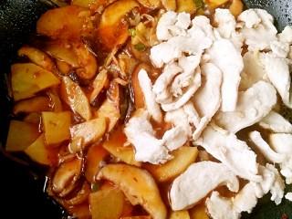 锅巴肉片(鸡胸肉版),加入1小碗高汤(或清水)煮沸,尝一下咸淡后根据个人口味适量加入盐和鸡精,下入炒好的鸡胸肉片。