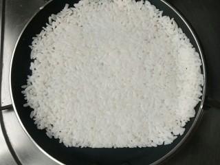 锅巴肉片(鸡胸肉版),揭掉保鲜膜放入平底不粘锅中小火慢慢烘。