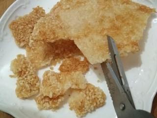 锅巴肉片(鸡胸肉版),锅中放宽油烧至9成热时放入烘好的米饼,(炸的时候忘了拍照了)炸至两面金黄沥油捞出,然后用厨房剪剪成大小合适的锅巴片。