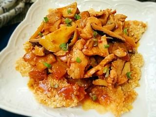 锅巴肉片(鸡胸肉版),迅速浇上热的肉片,听到呲啦一声后撒上葱花。