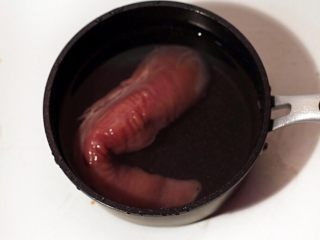 手撕杏鲍菇里脊肉,将猪里脊洗净放清水中浸泡15分钟,去除血沫。
