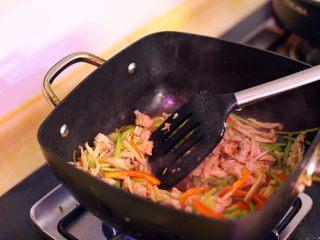 手撕杏鲍菇里脊肉,待里脊肉变色后倒入青红椒与适量海盐翻炒均匀