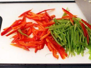 手撕杏鲍菇里脊肉,青红椒洗净切细丝