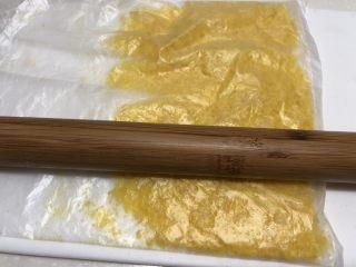 黄金面包糠,再用擀面杖擀擀