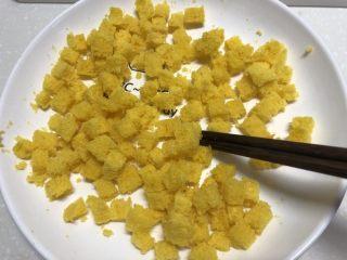 黄金面包糠,热气散一下再继续微波炉叮20秒,如此反复,到看不见热气就差不多了