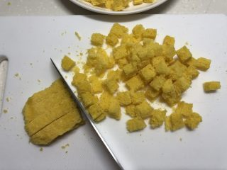 黄金面包糠,取一部分切小块