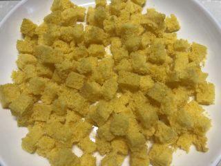 黄金面包糠,平铺在盘子里