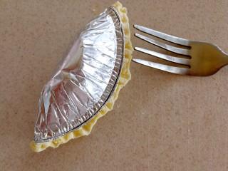 快手芒果酥~蛋挞皮版,压紧蛋挞皮,用叉子在边缘压一下