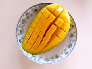 快手芒果酥~蛋挞皮版,用刀划成如图所示的小格子