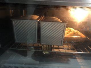 中种白吐司(70%中种),烤箱充分预热,下火190度上火170度,烘烤35分钟。