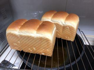中种白吐司(70%中种),烘烤结束及时取出,放晾网架上散热。