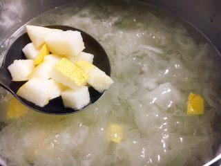 美容养颜 润肺止咳 冰糖银耳炖雪梨,把梨丁放入煮好的银耳粥里。