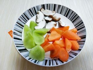 做年货+养生-增强免疫力的牛肉萝卜煲,胡萝卜,莴笋去皮切菱形块,香菇洗干净切片。