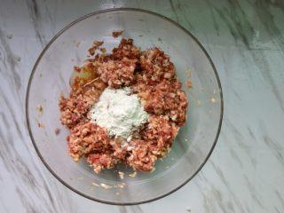 黑白珍珠丸子,搅拌均匀后加入蛋清、生粉