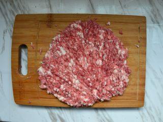 黑白珍珠丸子,选三肥七瘦的后腿肉,洗净剁成肉糜