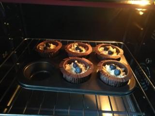 蓝莓酸奶酥粒麦芬,放入预热好的烤箱,我用的是长帝42L的烤箱,165度上下管烤25分钟~
