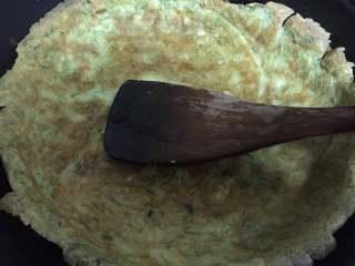 苔菜鸡蛋饼,一面煎至金黄后翻转至另一面