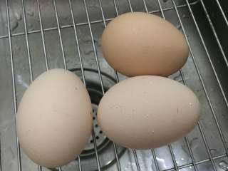 苔菜鸡蛋饼,取鸡蛋3枚